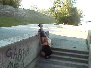 Menina européia quente fode no parque