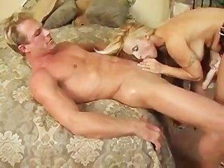 Uma mulher fode um cara com uma cinta enorme