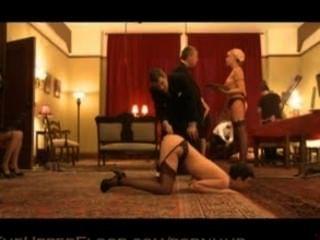 A casa de escravo torção servir o primeiro jantar partido