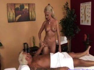 Massagista quente leva uma carga de esperma na boca