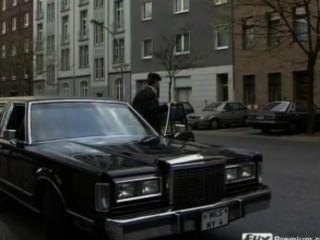 Milf alemão gangbanged por motociclistas