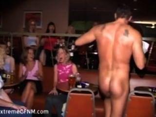 Garotas selvagens chupando um macho strippers galo