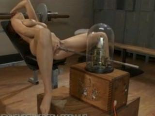 Jayden cole tem rasgando orgasmos duros com máquinas fodendo sua buceta dura
