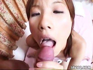 Adolescente japonesa recebe seu bichano peludo apertado fodido em estilo pov