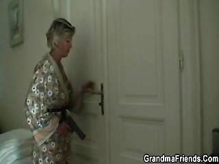 Sexy mãe encontra dois ladrões e faz com que bang ela