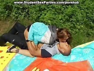 Sexo quente do estudante do foursome na festa da porn