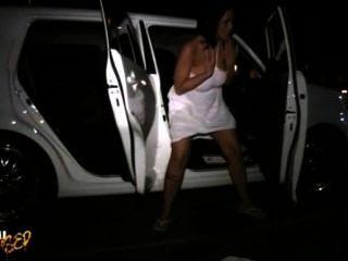 Carmella bing procura um lugar para fazer xixi em público