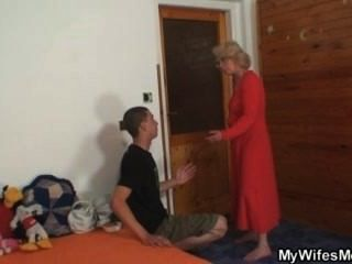 Esposa o encontra fodendo sua mãe velha