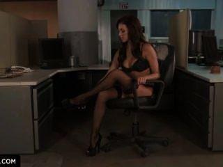 Breanne benson mostra como se fodam no escritório.