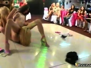 Orgia lésbica na pista de dança