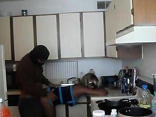 Menina preta quente fodido na cozinha