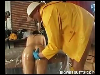 Daphne rosen se diverte com óleo