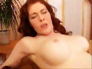 Milf piscando seios grandes e pussy peludo