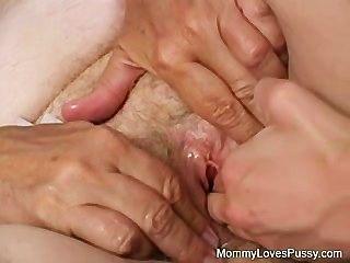 A avó velha suja ama uma buceta mais nova