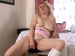 Querendo a mulher madura do galo masturbates