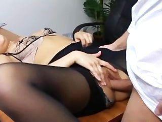 Secretária naughty em pantyhose rasgada fodendo em sua mesa de patrões