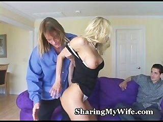 Esposa quente oferece para compartilhar sua buceta