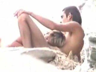 Sexo na praia, enquanto o marido relógios