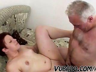 Homem velho fode a menina gorda !!