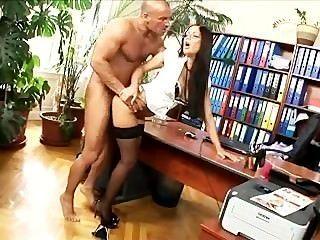 Secretário de escritório fodido em meias e saltos