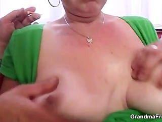 Cadela madura cocksucking leva-lo na bunda