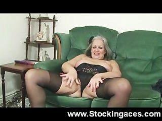 Senhora madura fode sua buceta no sofá
