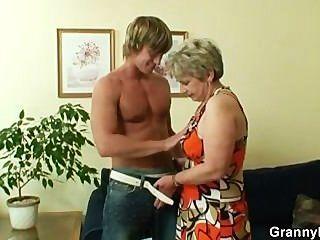 Dona de casa velha é pregado por um rapaz