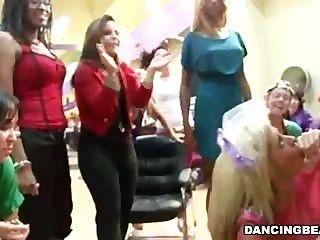 Salão de cabeleireiro cheio de mulheres tesão dar bjs