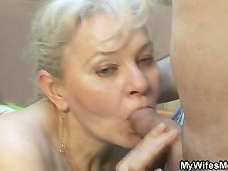 Ela suga e fode seu filho em lei