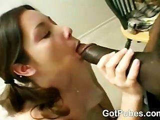Menina quente com um bichano peludo craving para um galo