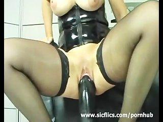 Eu amo dildos gigantes que esticam meu pussy enorme