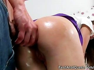 Estupendo adolescente babe gosta de sua primeira fodida anal