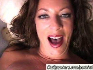 Sexy puma tiras e frigs sua buceta suculenta
