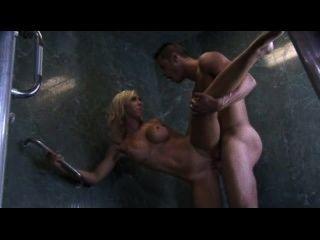Sexy loura grande fode no chuveiro