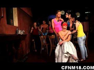 As meninas no partido de galinha checo saem do controle com um strippers do cfnm