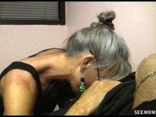A mamã quer seu filho começar um a assim que ajuda sua sagacidade do professor um suck