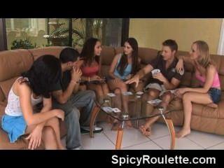 Um grupo de amadores jogando strip poker e fodendo uns aos outros
