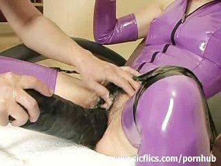 Extrema escrava fodida com um gigante dildo