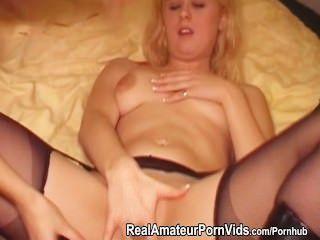 Lésbicas lésbicas brincam com um dildo