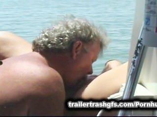Orgulho do lixo do reboque em um barco dos amigos no público!