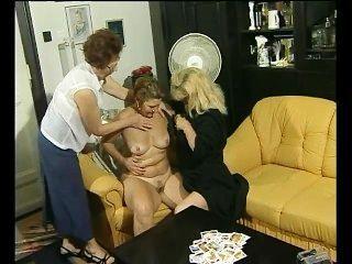 Um jogo de cartas se transforma em diversão lésbica para essas grannies