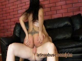Usado latina tem sexo áspero com um gringo pendurado