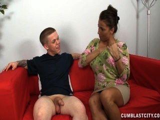 Uma senhora madura peituda empurra um homem curto