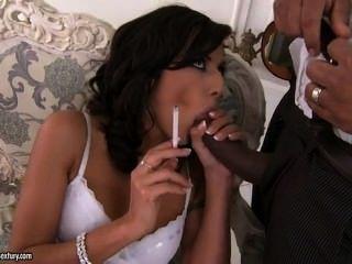 Lou charmelle fumando e fodendo um grande galo preto