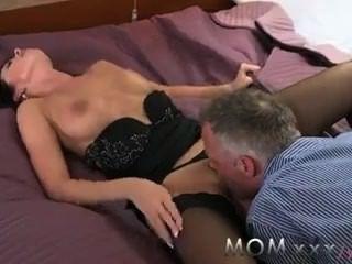 Sexo apaixonado da mãe morena horny que adora ficar sujo