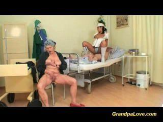 Grandpapa é fodido pela enfermeira quente