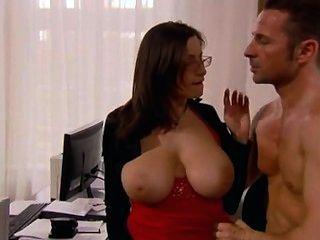 Secretária com enormes seios fodidos no escritório