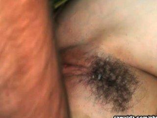 A menina do exército suga dicks grandes