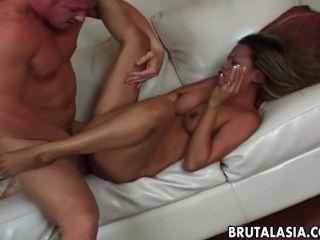 Busty asiática slut geme enquanto seu booty é batido duro