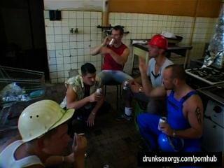 Cadelas bissexuais lamber bichas e pegar galos em uma festa